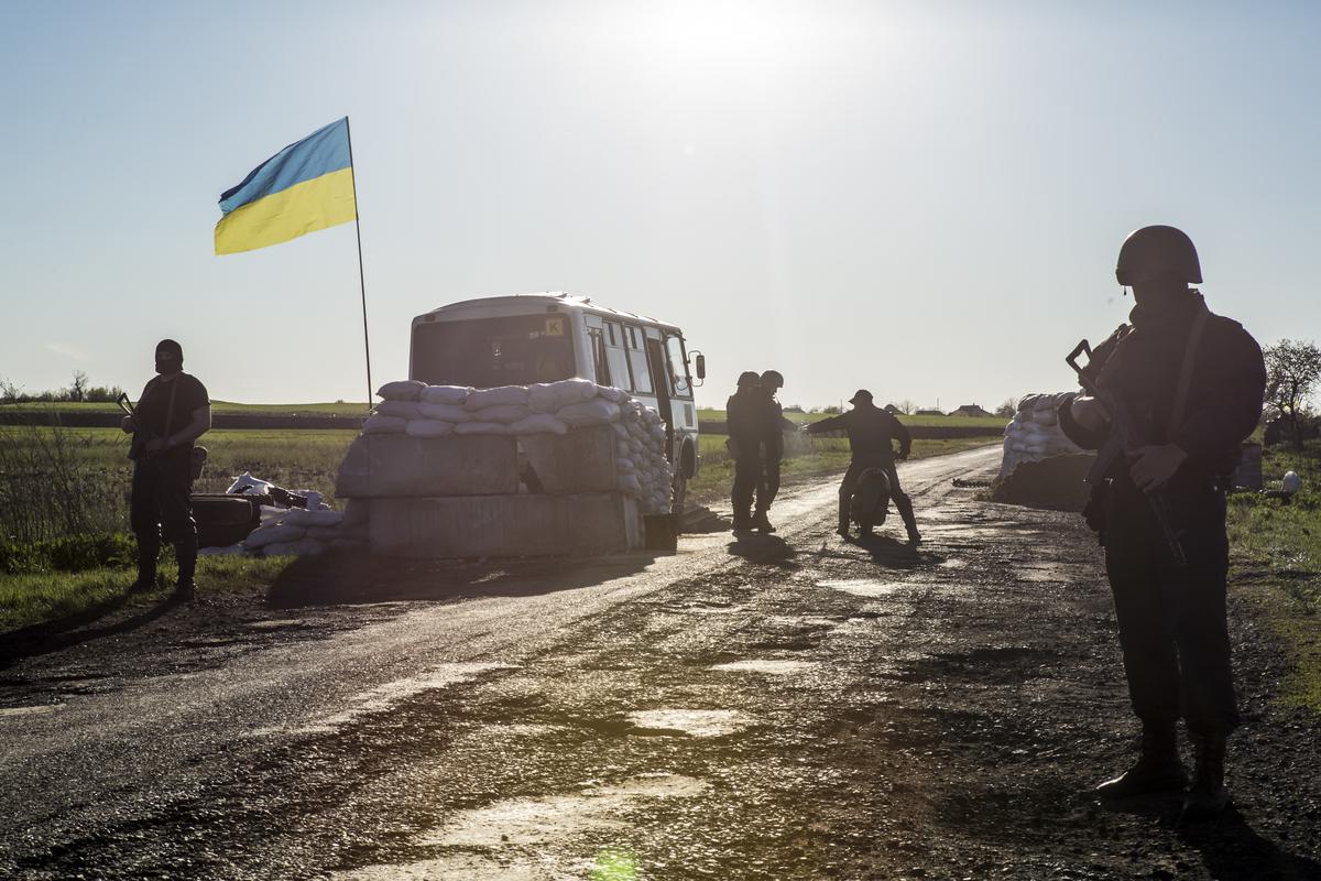 25 апреля 2014 года. Украинские военнослужащие охраняют КПП  в районе села Барвиновка