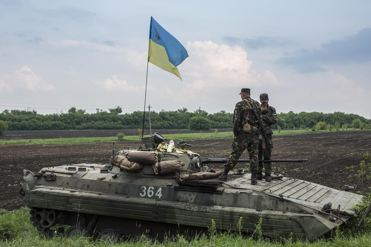 Украинские солдаты охраняют КПП 14 мая 2014 года в Новотроицке