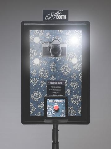Фотограф собрал селфи-будку из GoPro, лампочек и дверного звонка. Готовая селфи-будка со светящейся кнопкой и горящими лампочками.