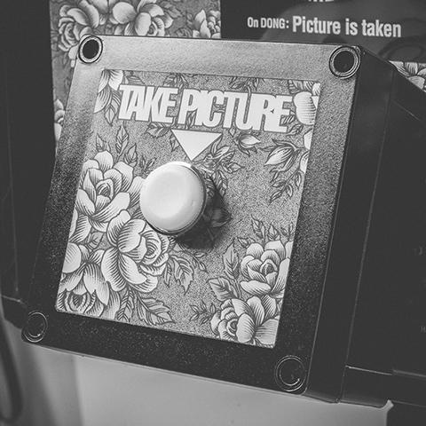 Фотограф собрал селфи-будку из GoPro, лампочек и дверного звонка. Устройство готово.